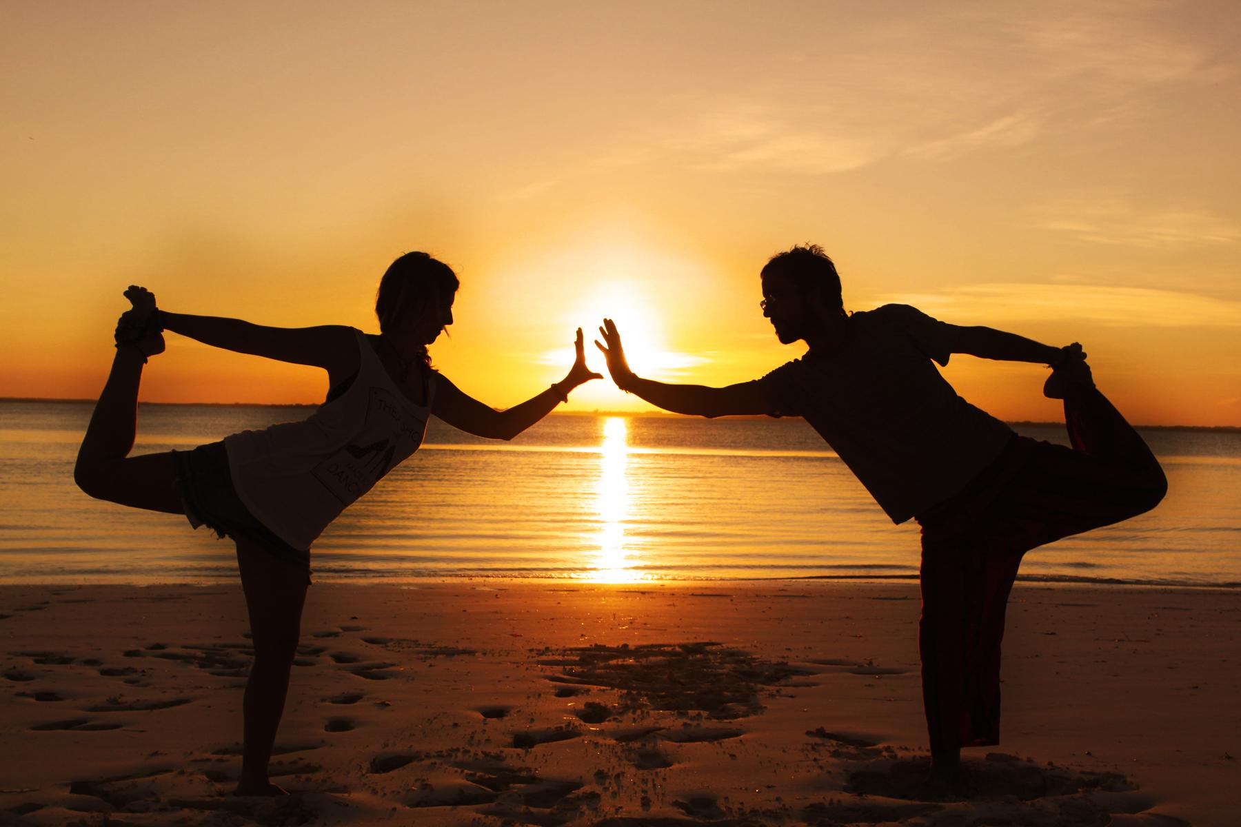 La mente non siamo noi Sunset-yoga-partner-y